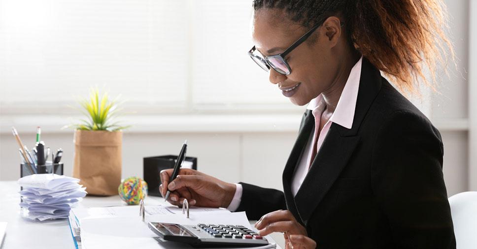 Mulher negra realizando a contabilidade na prática
