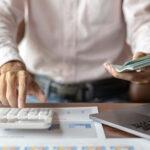 Um homem fazendo uma gestão terceirizada. Veja o que é BPO Financeiro e como pode ajudar o negócio!