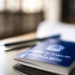 Carteira de Trabalho em cima da mesa representa a Operação Falso Simples